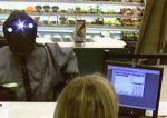 Em janeiro deste ano, um ladrão foi flagrado pelas câmeras de segurança assaltando um banco em Tulsa, no estado de Oklahoma (EUA), usando uma máscara que lembra o personagem Jawa, de 'Guerra nas Estrelas' .