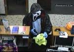 Na véspera do Halloween, no dia 30 de outubro, um ladrão usou uma máscara do pânico para assaltar um banco em Jonesville, nos EUA.